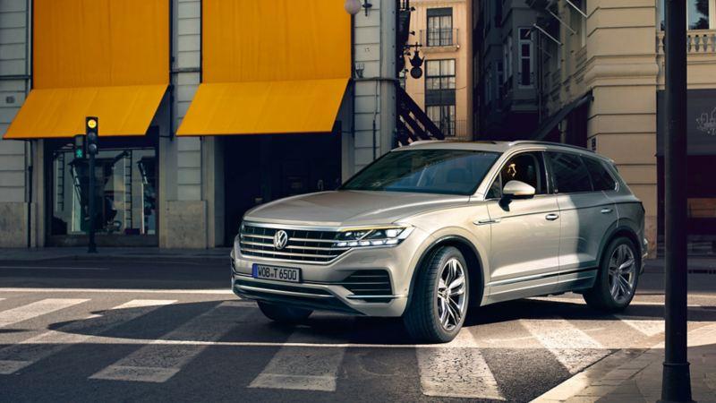 VW Touareg One Million biegt um eine Straßenecke