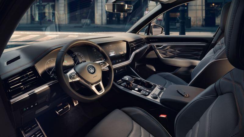 Interieur VW Touareg One Million mit Blick auf die beiden Vordersitze und das Cockpit