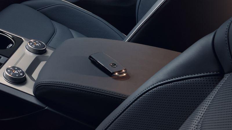 """Fahrzeugschlüssel in Leder """"Puglia"""" auf Mittelarmlehne des VW Touareg One Million"""