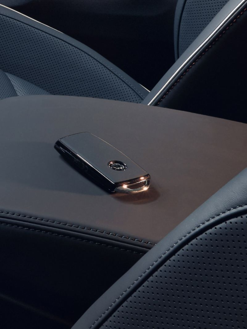 "vehicle key with leather ""Puglia"" lying in the middle console of the VW Touareg One Million"