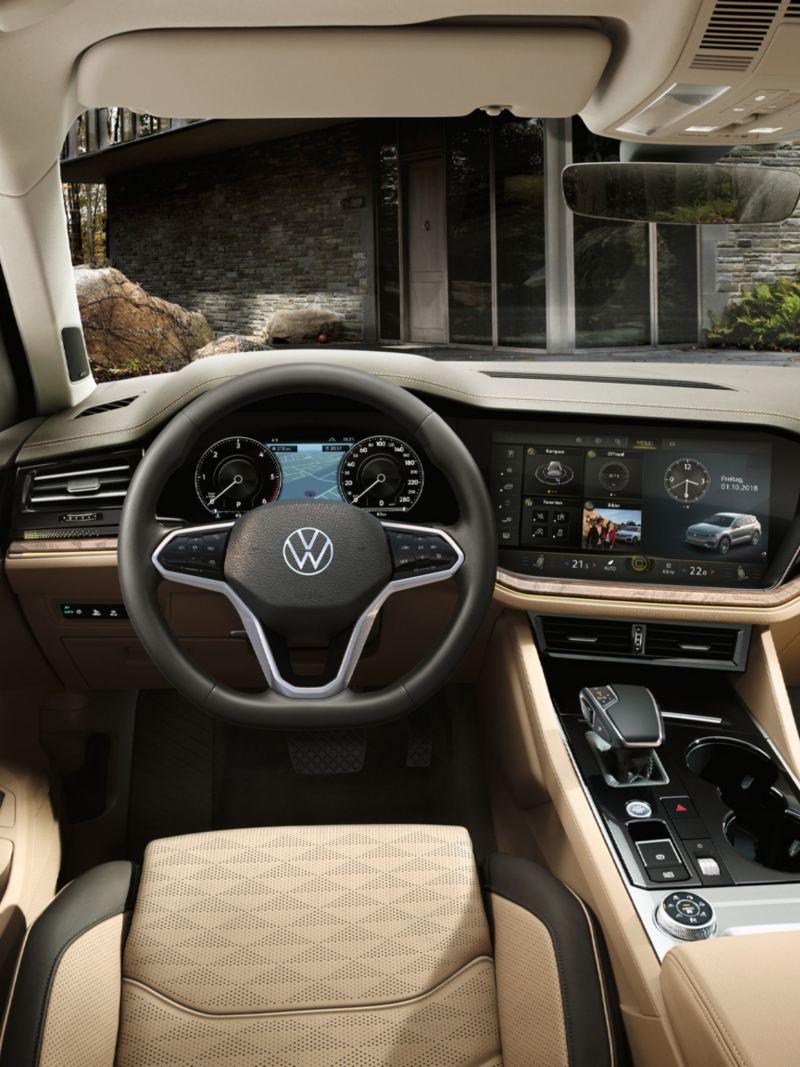 Blick auf das Innovision Cockpitt im VW Touareg