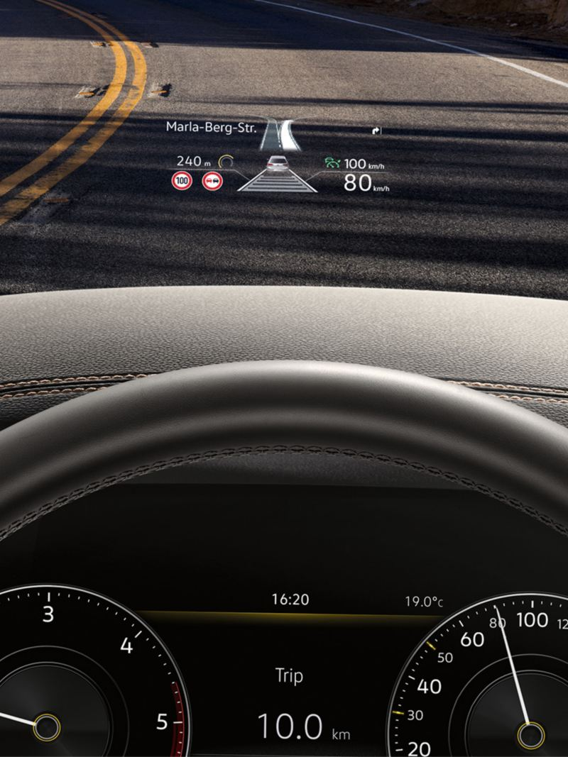Head-up display med data projicerad i synfältet i Touareg.