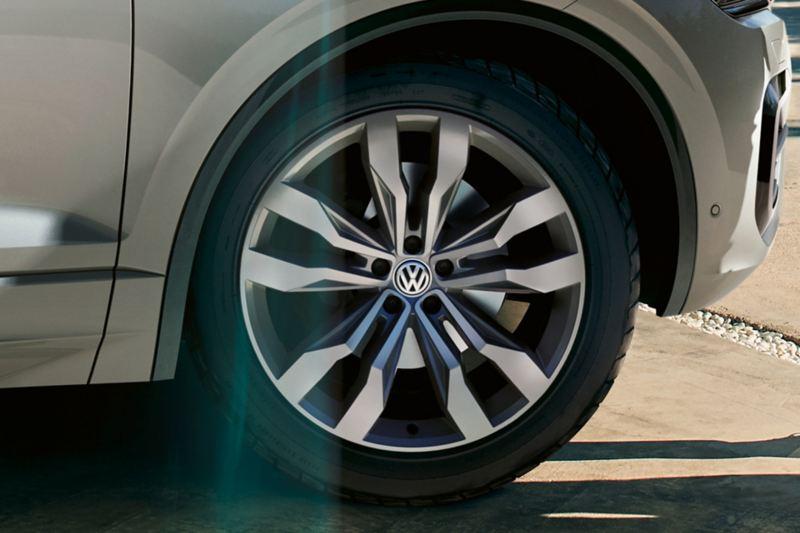"""Detailschuss des VW Touareg mit Felge """"Suzuka"""""""