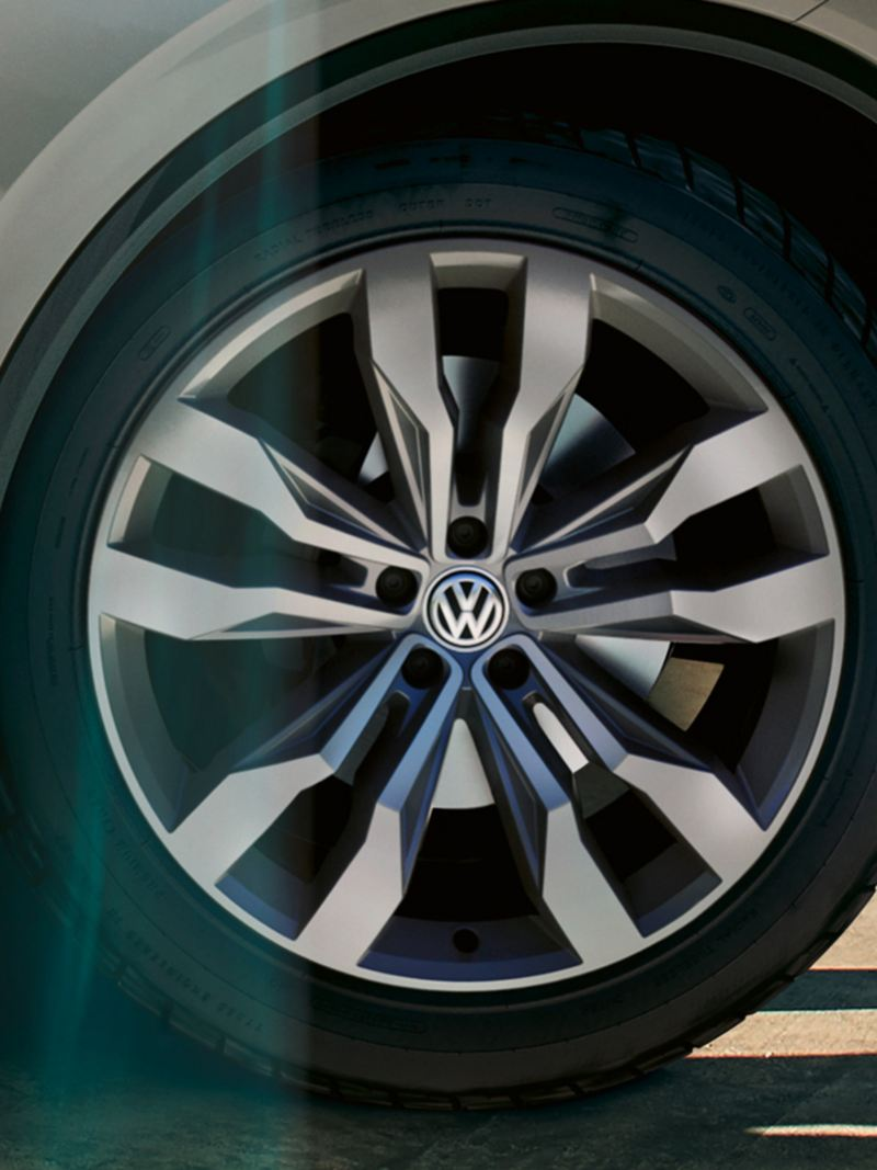 "Detail image of the VW Touareg with rim ""Suzuka"""