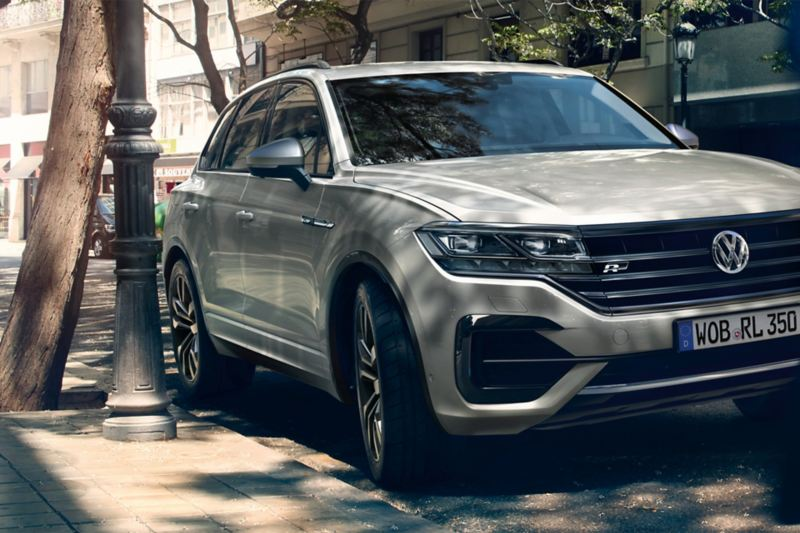 VW Touareg One Million parkt an Straßenrand in Stadt
