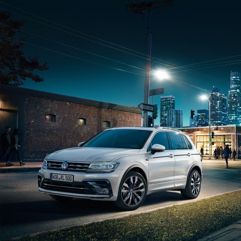 Auto bei Nacht in der Stadt – Autosuche
