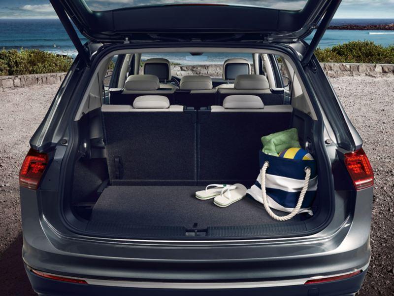 Ο χώρος αποσκευών του Volkswagen Tiguan Allspace με ανοιχτό πορτμπαγκάζ και σηκωμένη τρίτη σειρά καθισμάτων
