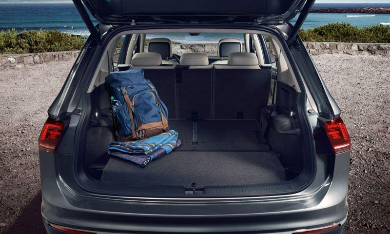 Ο χώρος αποσκευών του Volkswagen  Tiguan Allspace με ανοιχτό πορτμπαγκάζ και επίπεδο δάπεδο