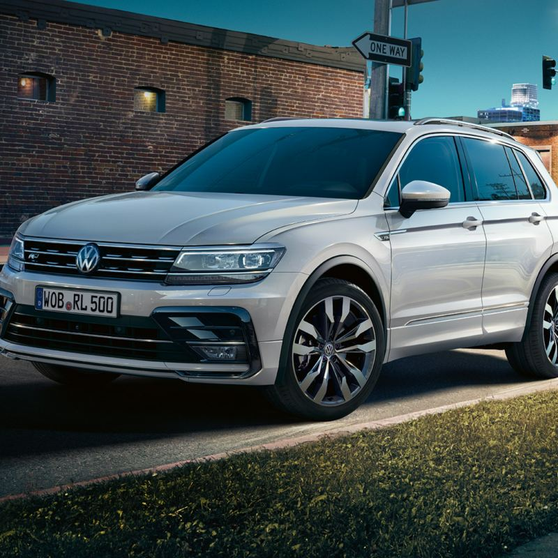 Tiguan on street in nocturnal city
