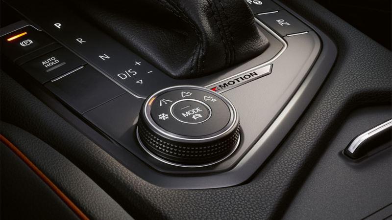 Mittelkonsole des VW Tiguans mit Fokus auf das Offroad-Fahrprogramm