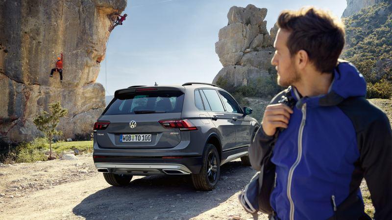Vue arrière de la VW Tiguan Offroad, un homme se retourne pour la regarder.