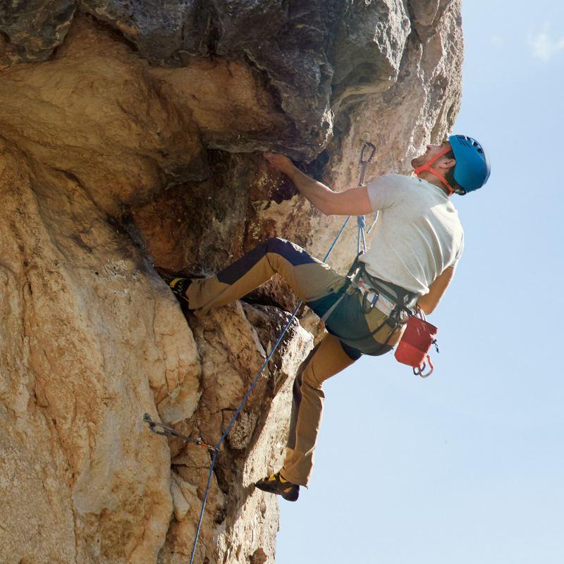 uomo scala la montagna