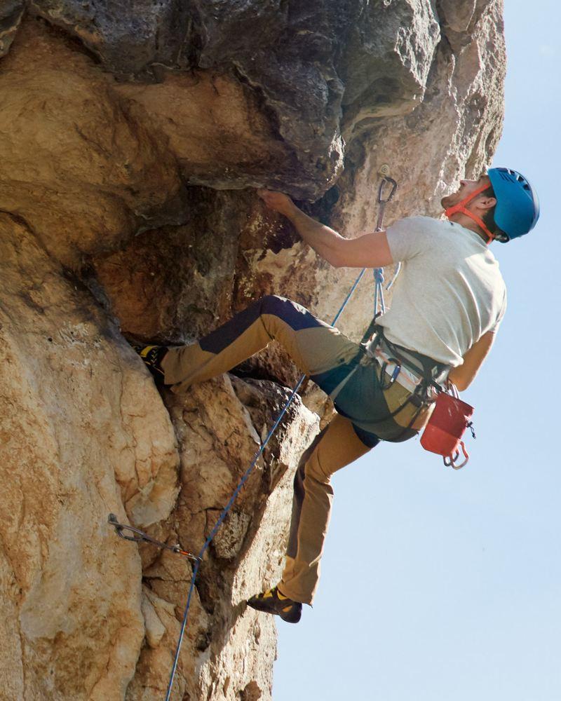 uomo scala montagna