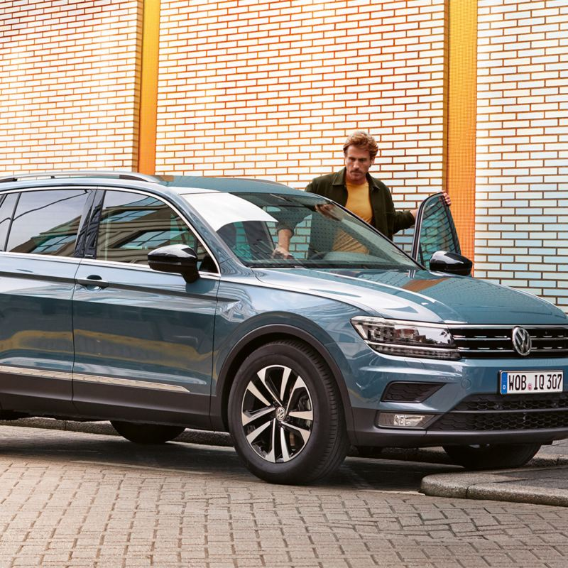 Man stapt in de Tiguan IQ.DRIVE