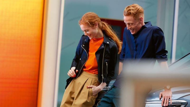 Junges Paar lächelt – Angebote online