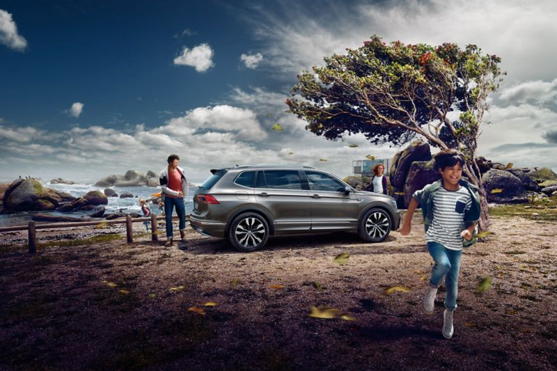 Το Volkswagen Tiguan Allspace παρκάρει σε μια λίμνη