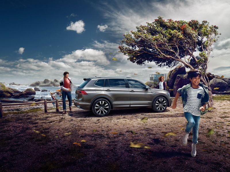 Volkswagen Tiguan Allspace järve ääres parkimas