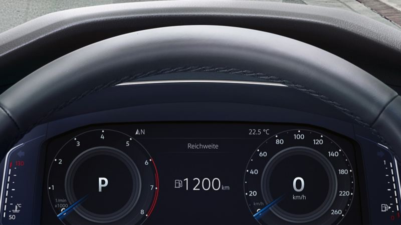 Image of information in the head-up display of a VW Tiguan Allspace