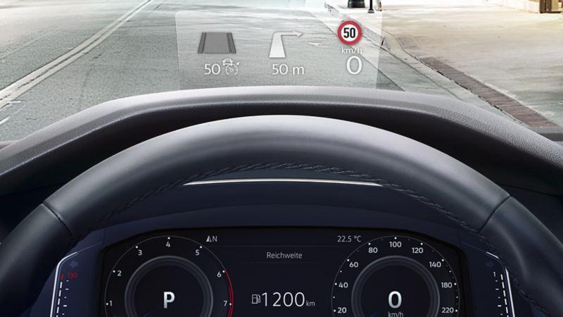 Visualizzazione di informazioni sull'head-up display di una VW Tiguan Allspace