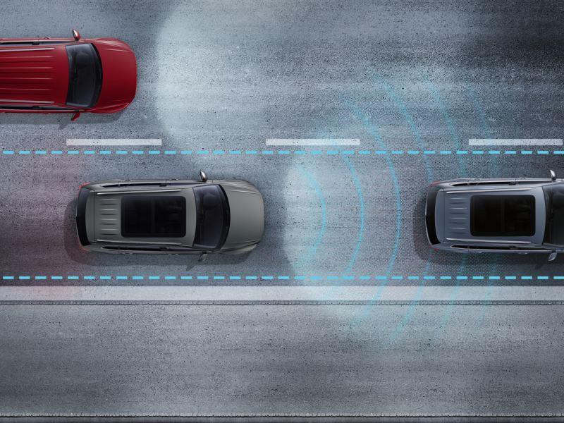 Le Tiguan dans un embouteillage avec représentation graphique des capteurs de l'aide aux embouteillages