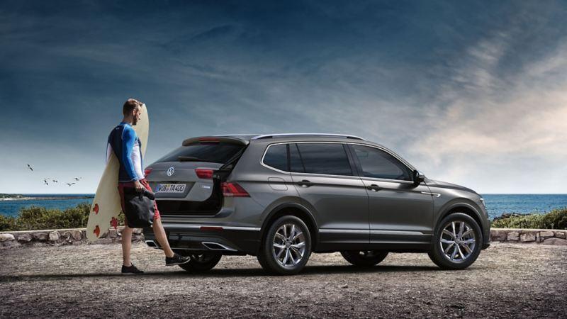 Mees avab Volkswagen Tiguan Allspace'i pagasiruumi auto alt jalaga