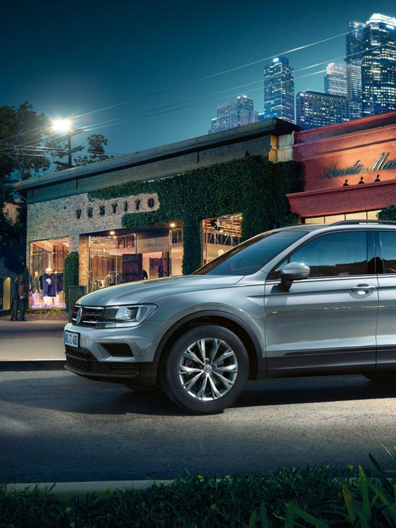 Volkswagen Tiguan, μπροστά από ένα κατάστημα.