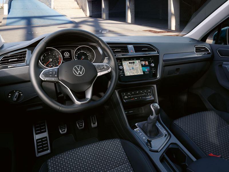 Das Tiguan UNITED Cockpit, fotografiert durch das Seitenfenster des Fahrers.