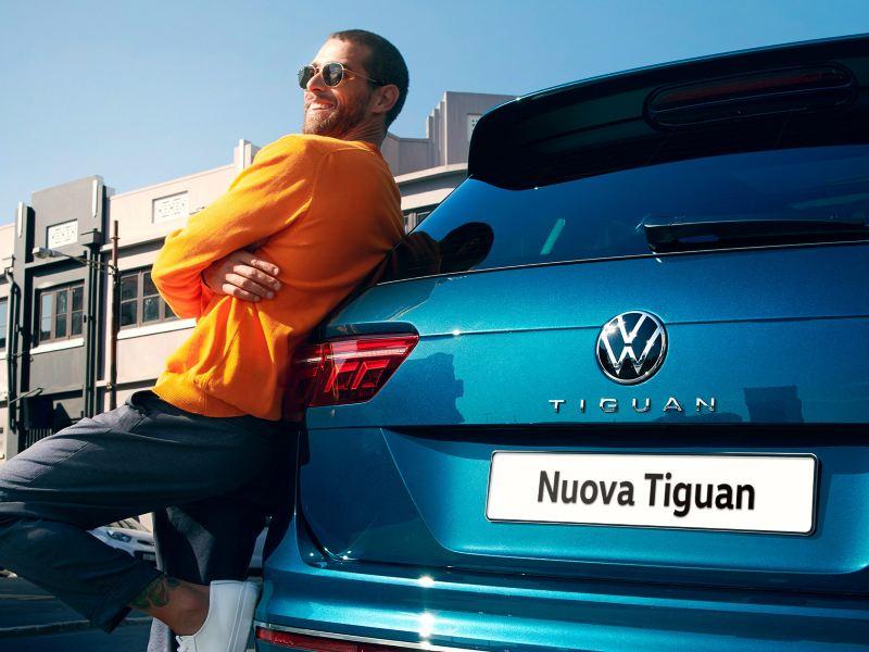 Uomo appoggiato al posteriore di Nuova Tiguan VW