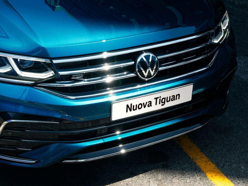 Vista frontale di Volkswagen Nuova Tiguan con dettaglio della griglia radiatore e dei gruppi ottici.