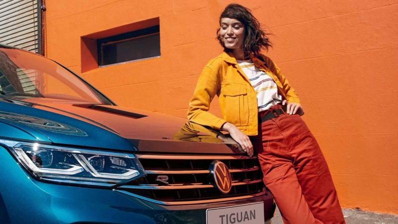 Eine Frau steht vor dem neuen Tiguan