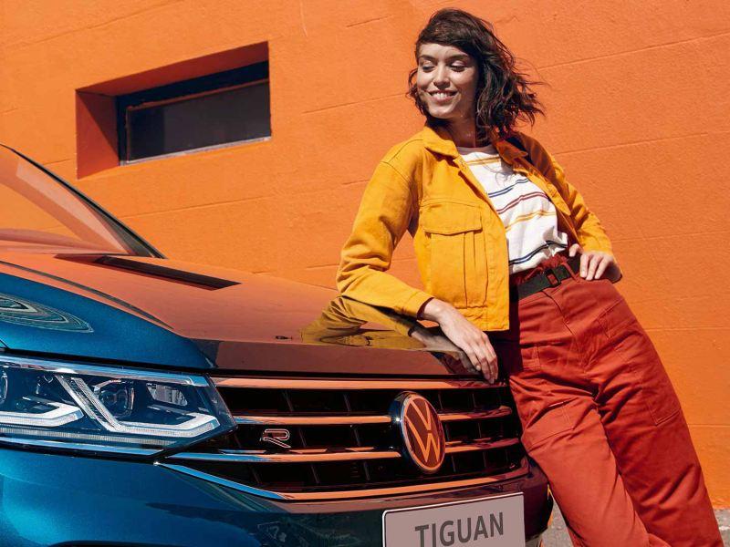 Une femme se tient devant le nouveau Tiguan