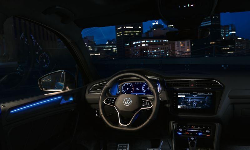 Interni oscurati con l'illuminazione ambiente blu di Volkswagen Nuova Tiguan.