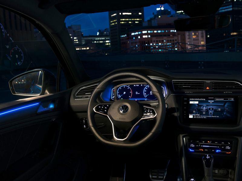 Mørk kupé i Volkswagen VW Tiguan SUV med blå ambientebelysning