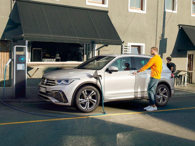 Volkswagen Tiguan eHybrid in ricarica