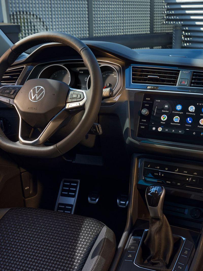 VW Tiguan ACTIVE von innen. Blick auf Multifunktionslenkrad, Pedale und Armatur im Cockpit.