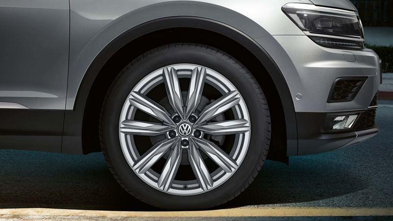 Dettaglio degli pneumatici di un veicolo commerciale Volkswagen.