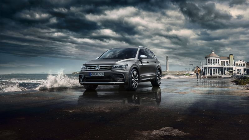Volkswagen Tiguan Allspace parkert ved sjøen