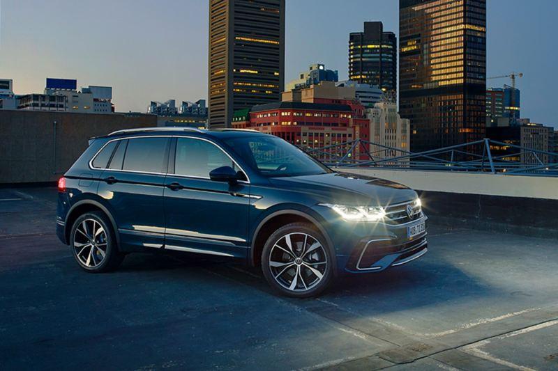 Nuova Tiguan VW di notte con i fari accesi in città