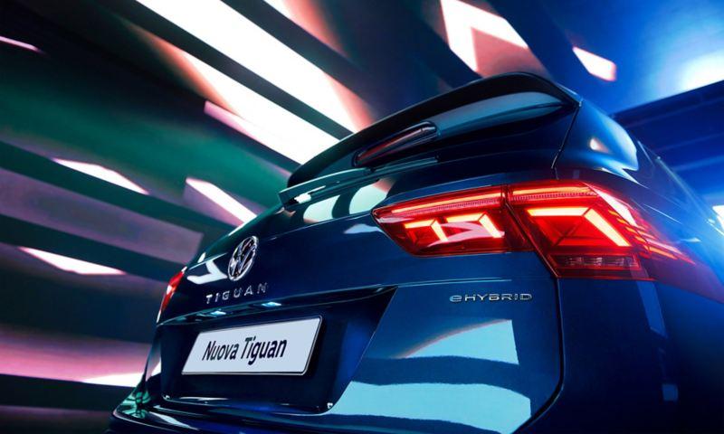 Vista posteriore di Volkswagen Nuova Tiguan con dettaglio del badge eHYBRID