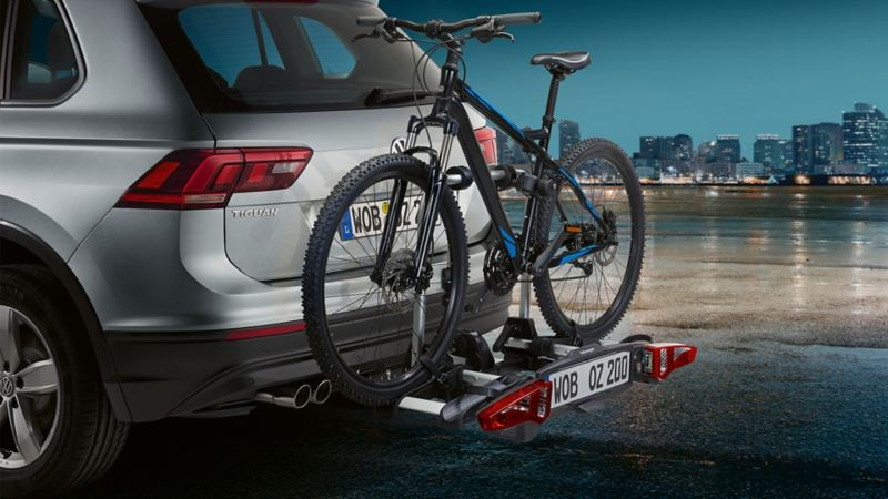 Rear view of a Tiguan from the side with a bicycle carrier and mountain bike.