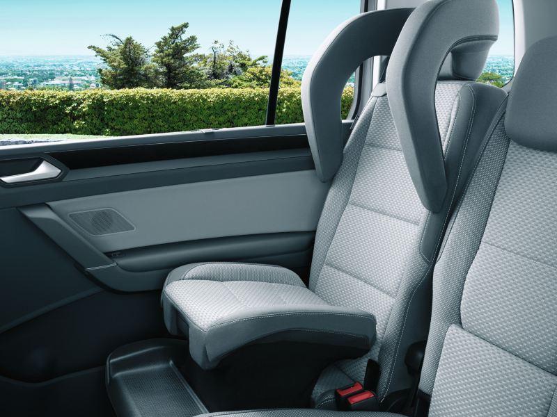 Siège enfant intégré à la banquette arrière du VW Touran