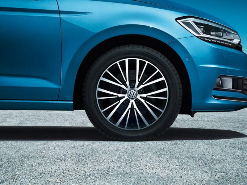 """Framhjulet på en VW Touran med fälgen """"Vallelunga"""""""