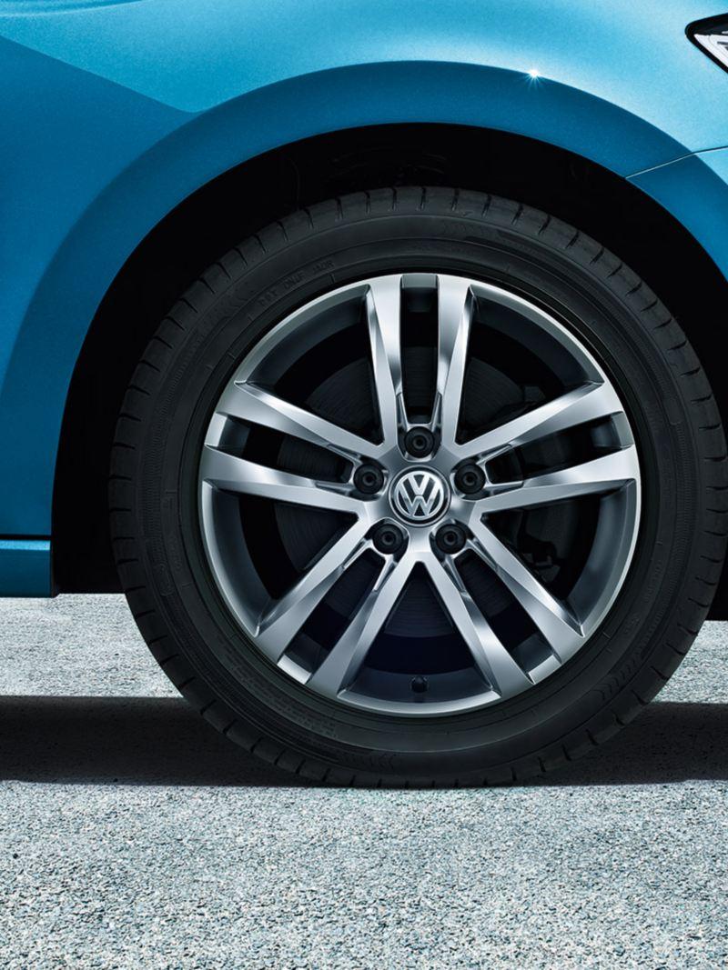 "Framhjulet på en VW Touran med fälgen ""Salvador"""