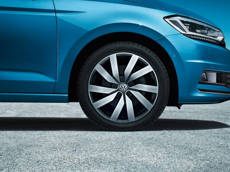 """Framhjulet på en VW Touran med fälgen """"Marseille"""" i svart med borstad yta"""