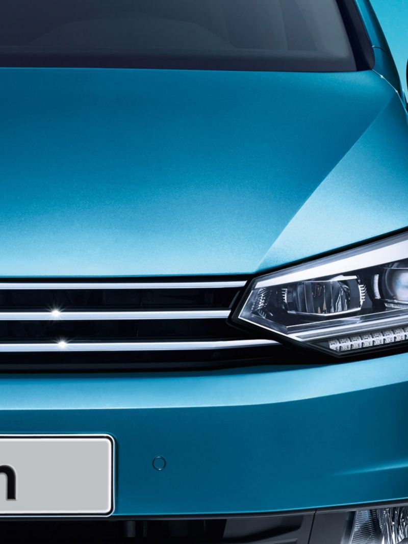 Vista frontale VW Touran con fari LED e luci diurne