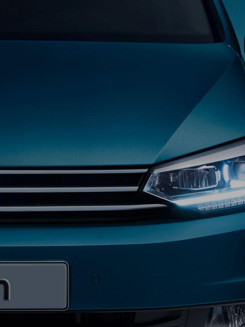Vista frontale VW Touran con fari LED e luci diurne accesi