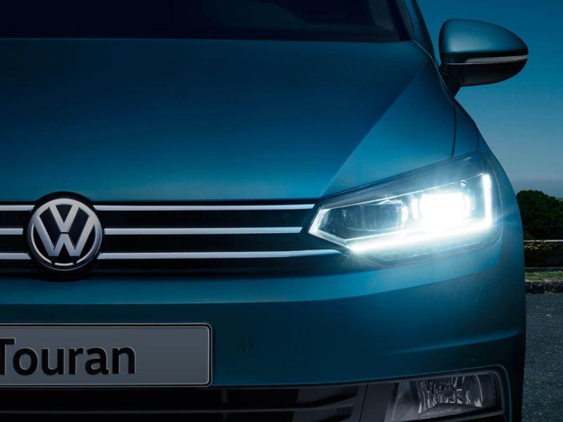 Fari anteriori a tecnologia LED con regolazione dinamica della profondità sulla monovolume Touran, auto a 7 posti