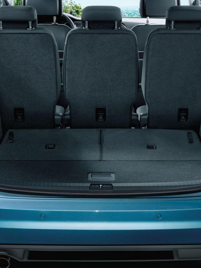 Blick durch geöffnete Heckklappe auf komplett umgeklappte dritte Sitzreihe eines VW Touran