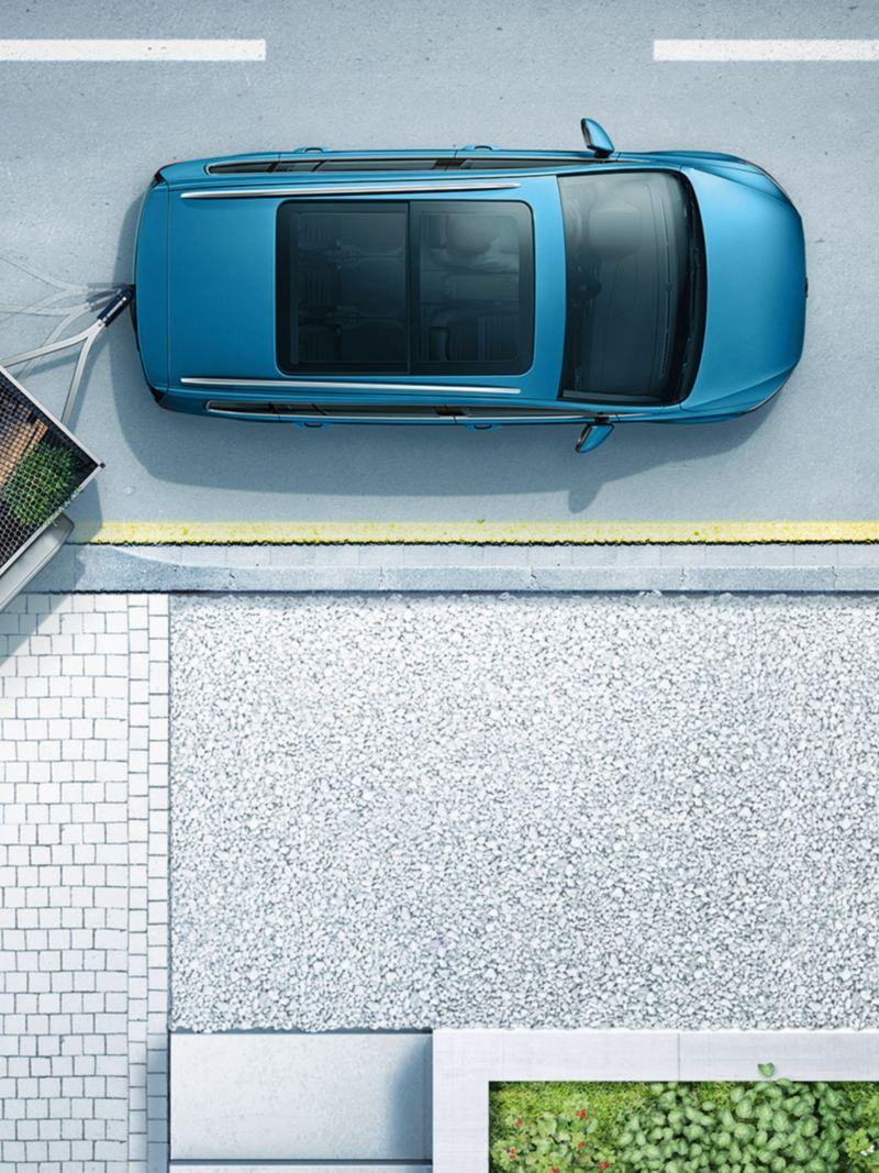 """Όψη από πάνω στο Volkswagen Touran με στραμμένο ρυμουλκούμενο για επίδειξη του """"Trailer Assist"""""""