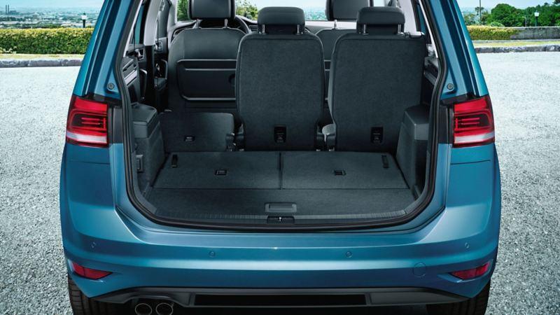 Vista posteriore di Volkswagen Touran con vista sul bagagliaio aperto. Il sedile a sinistra della fila posteriore è abbattuto